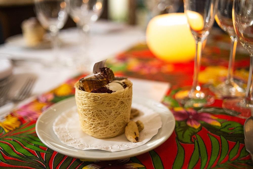 Cachaça de jambu servida com snacks nacionais | Foto Bruno Barreto